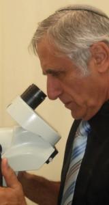 פרופ' הרצל בן-חור במבט לעיניות מכשיר לפרוסקופיה